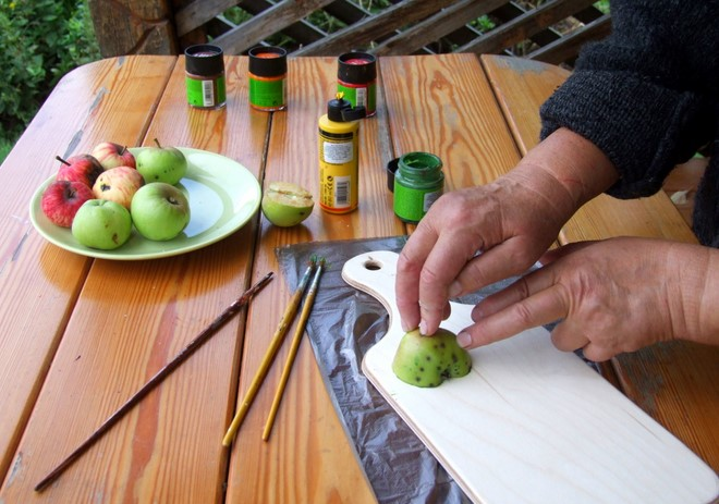 cheap-fall-decorating-idea-using-fruits-apple-halves-diy-decorating-tool