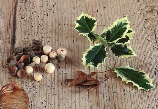 holly leaves acorn shells diy christmas tree ornaments natural materials