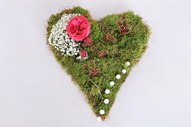 diy flower arrangements centerpieces with moss babys breath and roses