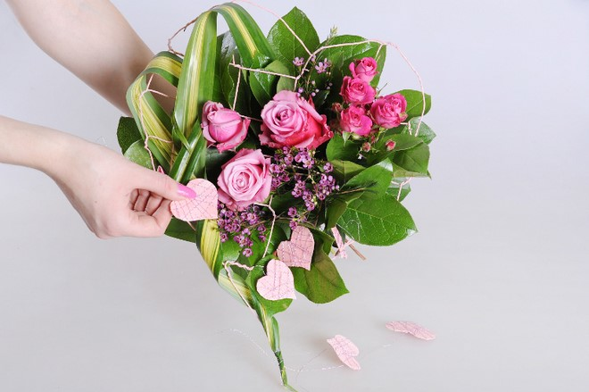diy flower bouquet tutorial with roses and flowers in pink