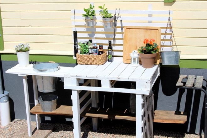 build a simple outdoor kitchen wood pallets