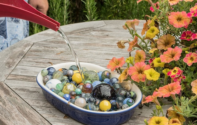 bee water tray with marbles